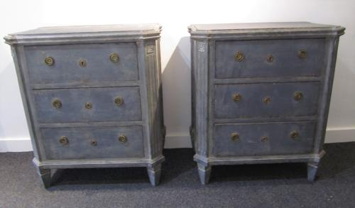 A pair of petite Swedish commodes