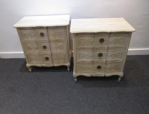 A pair of petite serpentine commodes