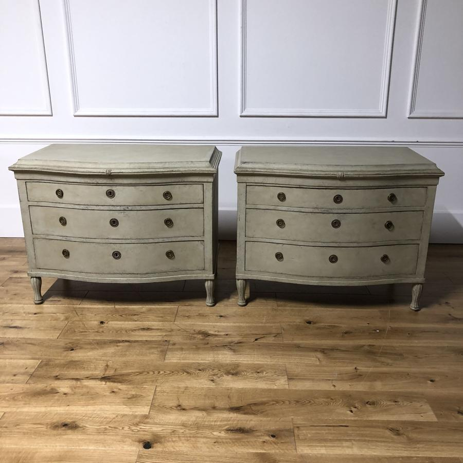 A pair of serpentine commodes